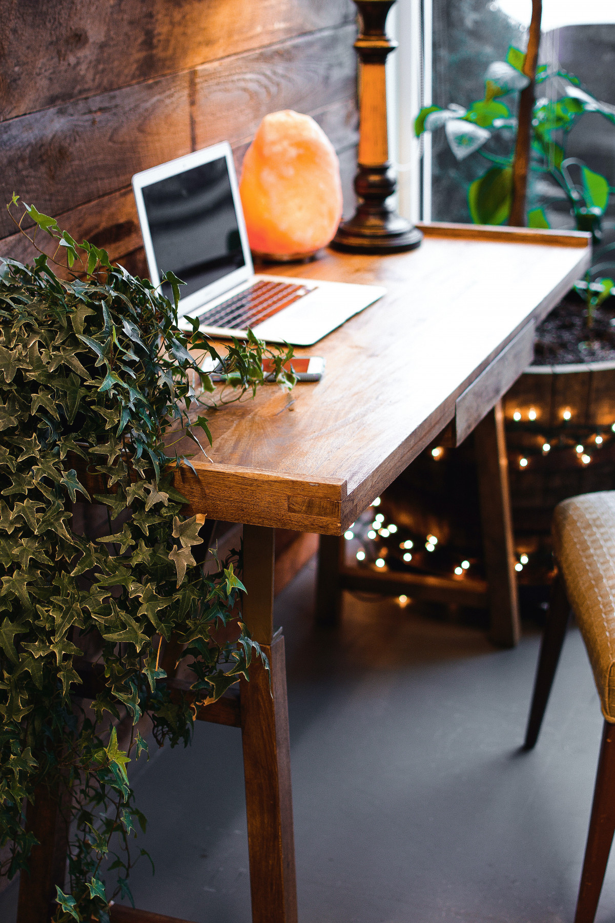 Himalayan salt lamp can add some spark to the corner office within your home