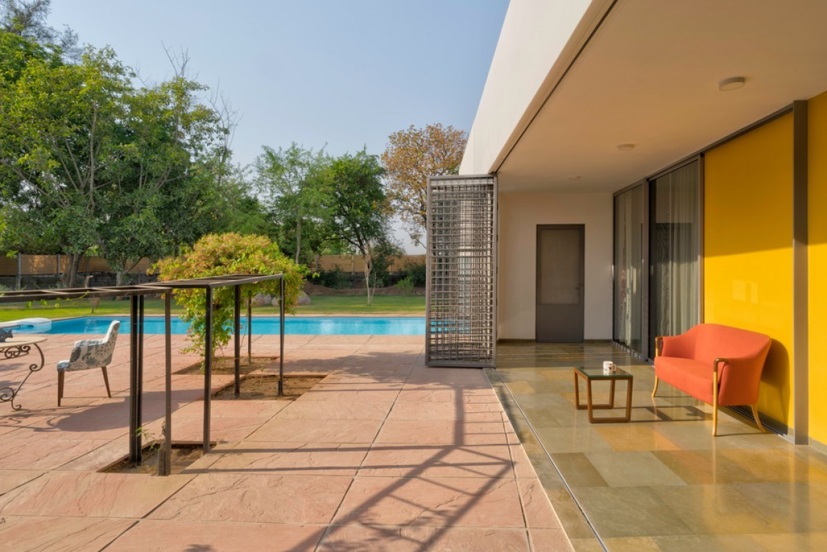 Gradual transition with an extended sit out adjoining the pool.    Photo credit: Fabien Charuau